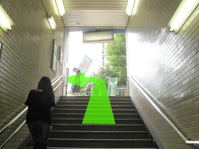 階段を昇ったら左へ