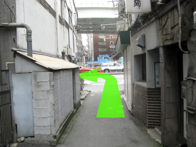 小道の突き当たりは左へ